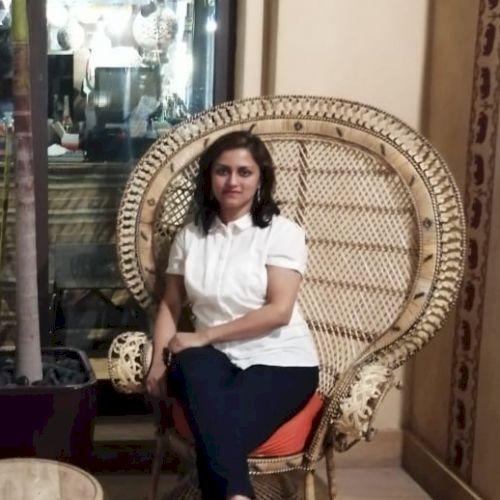 Shradha - Hindi Teacher in Dubai: Hi, dear students, I believe...