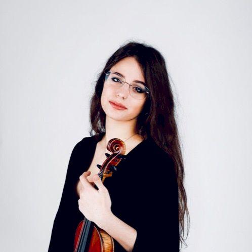 Arianna - Bern: I am an Italian girl who speaks many languages...